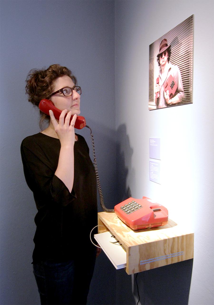 Hörstation mit original Telefonaufzeichnungen des Künstlers